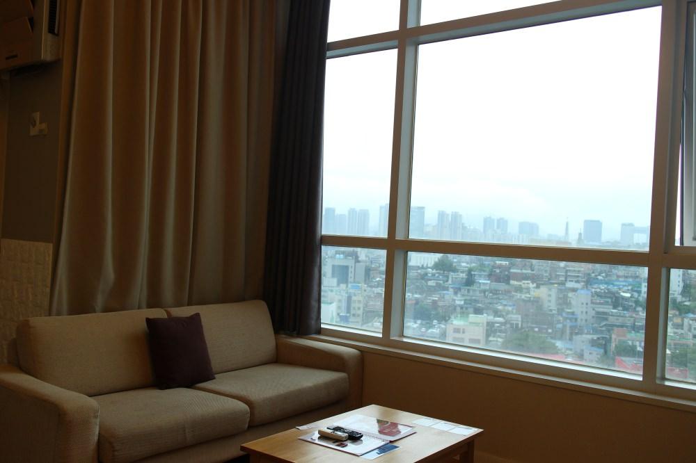 首爾住宿 ::首爾站 S.A. Seoul 公寓式酒店 巨型落地窗眺望首爾夜景 樓中樓還有大客廳和廚房