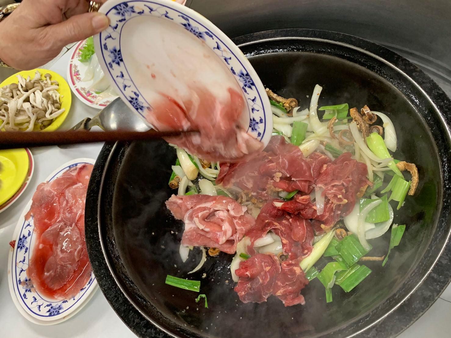 南京三民石頭火鍋 :: 小紅莓火鍋城 依盤子顏色計價,不接受訂位的40年個性老店